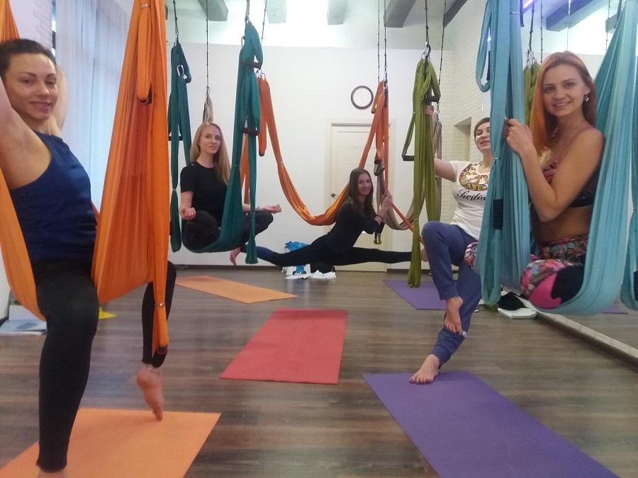 Вера Дроздова и выпускники йоги в гамаках